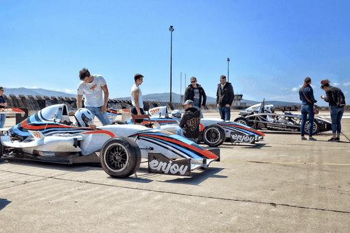 Ariel Atom vs. formula Renault 2.0